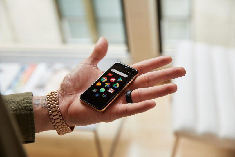 O pequeno smartphone da Palm na palma (!) da mão.