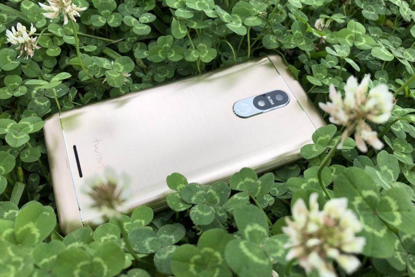 Smartphone Twist Metal de costas em um gramado.