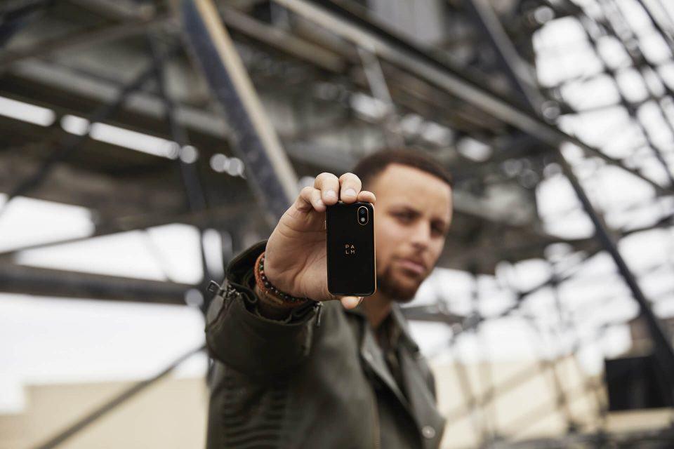 Cury segurando o smartphone da Palm.