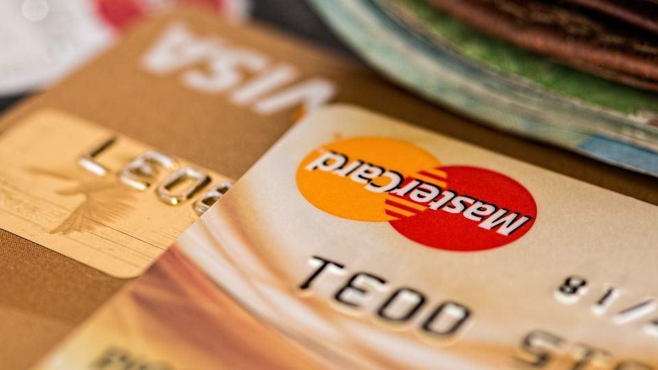 Foto macro de cartões da Visa e MasterCard.