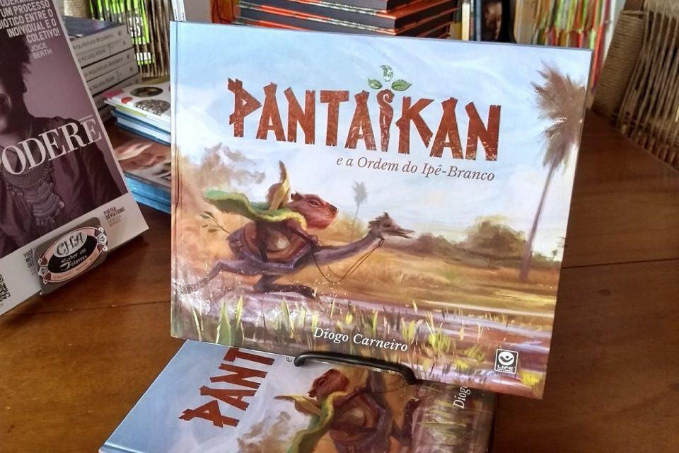 """Foto de alguns livros """"Pantaikan"""" empilhados em uma mesa."""