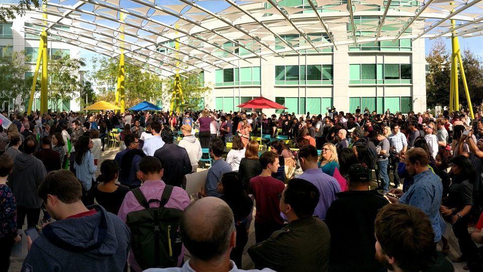 Foto de uma aglomeração de funcionários do Google no escritório da empresa no Vale do Silício, durante os protestos de 2018.