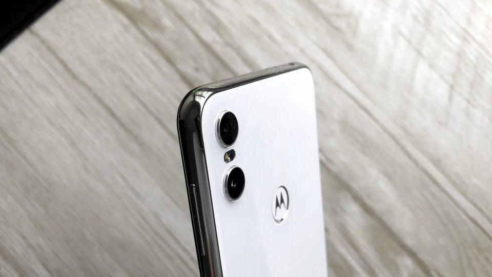 Detalhe do acabamento lateral e das câmeras principais do Motorola One.
