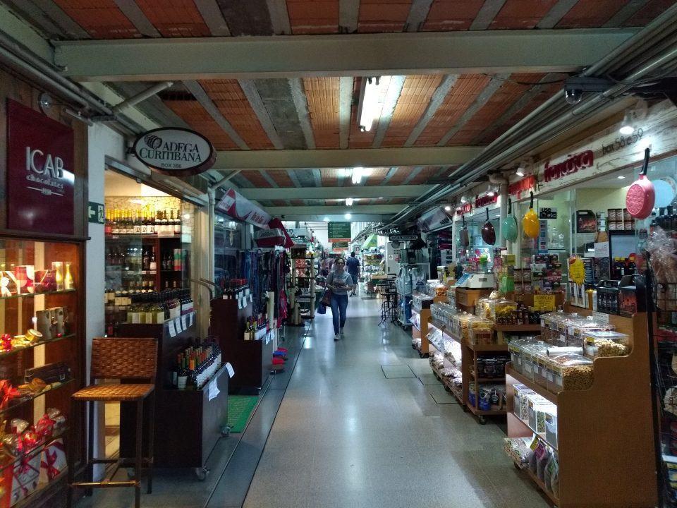 Foto de uma galera do Mercado Municipal de Curitiba.