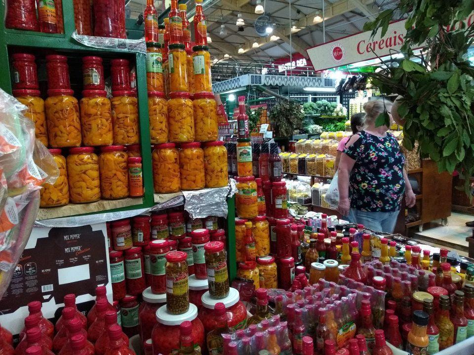 Foto de uma banca de pimentas no Mercado Municipal de Curitiba.