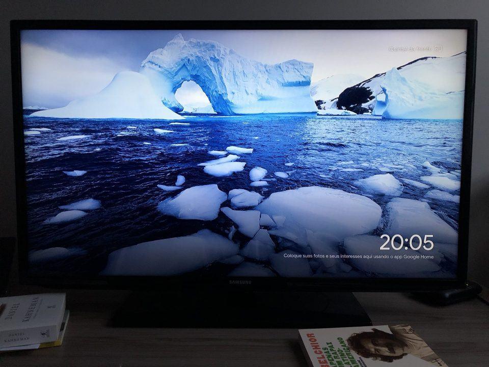 TV exibindo a imagem padrão ao ligar o Chromecast.
