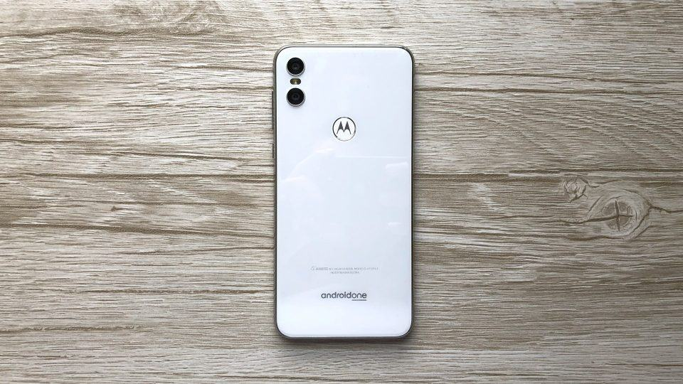 Detalhe das costas do Motorola One exibindo o logo do programa Android One.