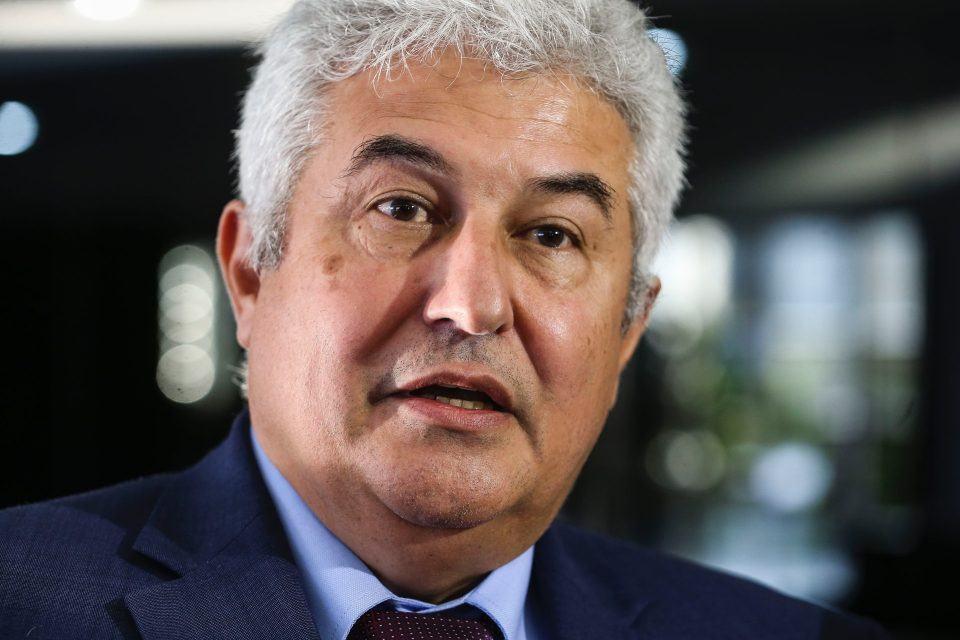 Ministro Marcos Pontes, de terno e gravata, em coletiva de imprensa no início de 2019.
