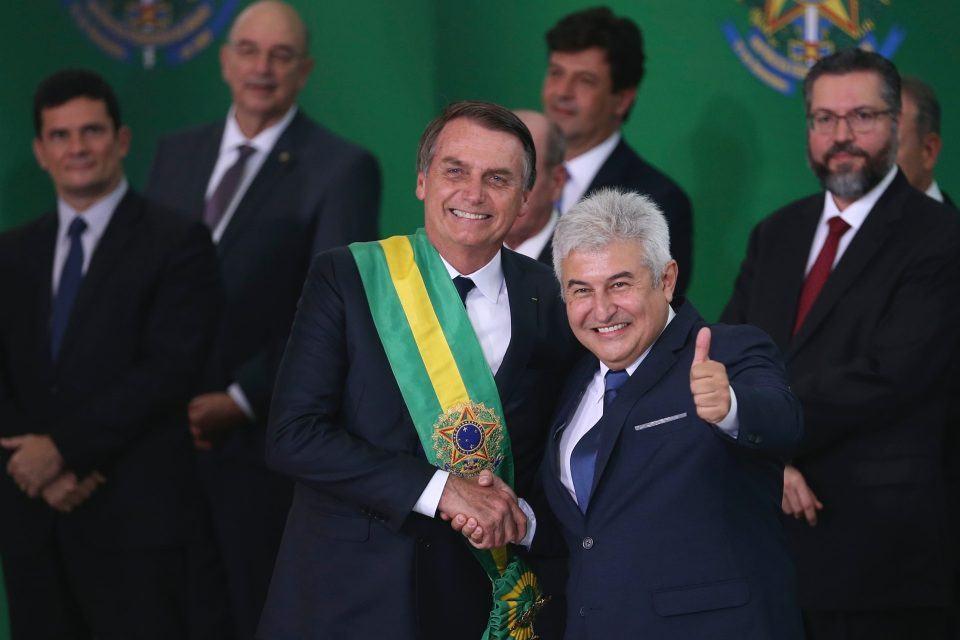 Marcos Pontes recebe cumprimento do presidente da República.