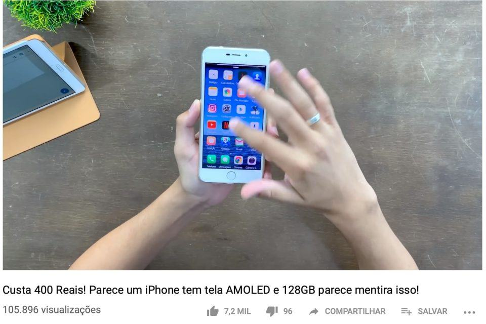 Print de vídeo do YouTube em que o youtuber analisa e indica um celular da HomeCare que é cópia do iPhone.