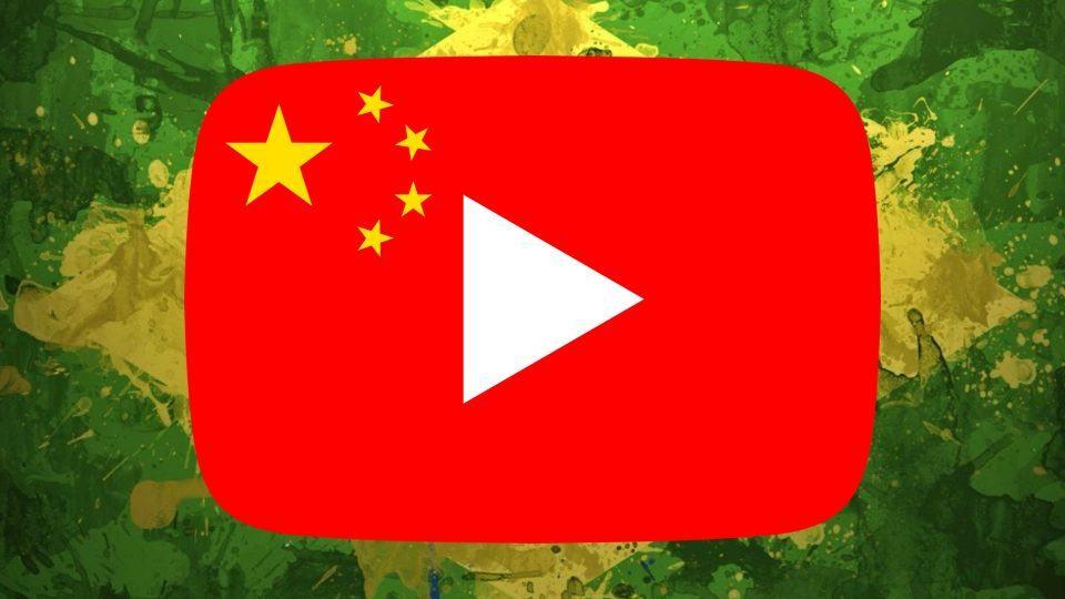 Montagem do logo do YouTube com as estrelas da bandeira da China e, ao fundo, bandeira do Brasil estilizada.