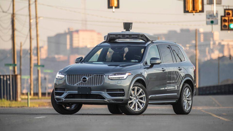 Carro autônomo da Uber em uma rua, visto de frente.