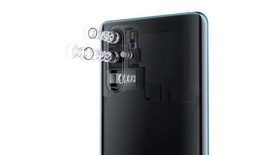 Foto mostrando as quatro câmeras do P30 Pro abertas, com as lentes para fora.
