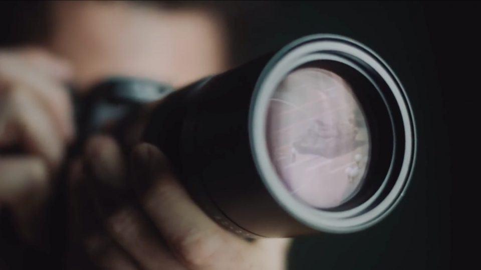 Frame do comercial da Leica que gerou problemas com o regime chinês.