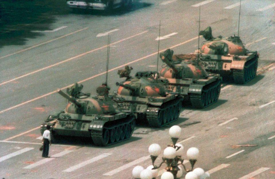"""A icônica foto do """"tank man"""" na Praça da Paz Celestial, em Pequim, 1989."""