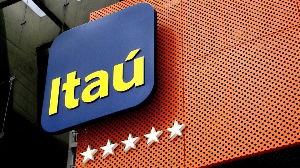 Detalhe do logo do Itaú na fachada de uma agência não especificada.
