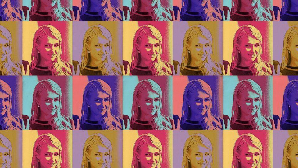 Paris Hilton, no estilo pop art, repetida várias vezes na imagem.