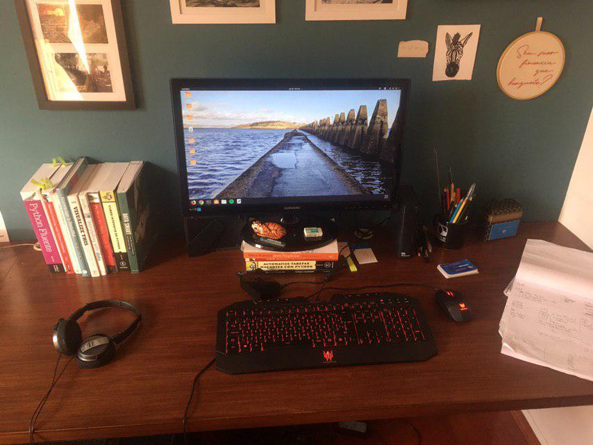 Foto da área de trabalho/computador que Guilherme usa.