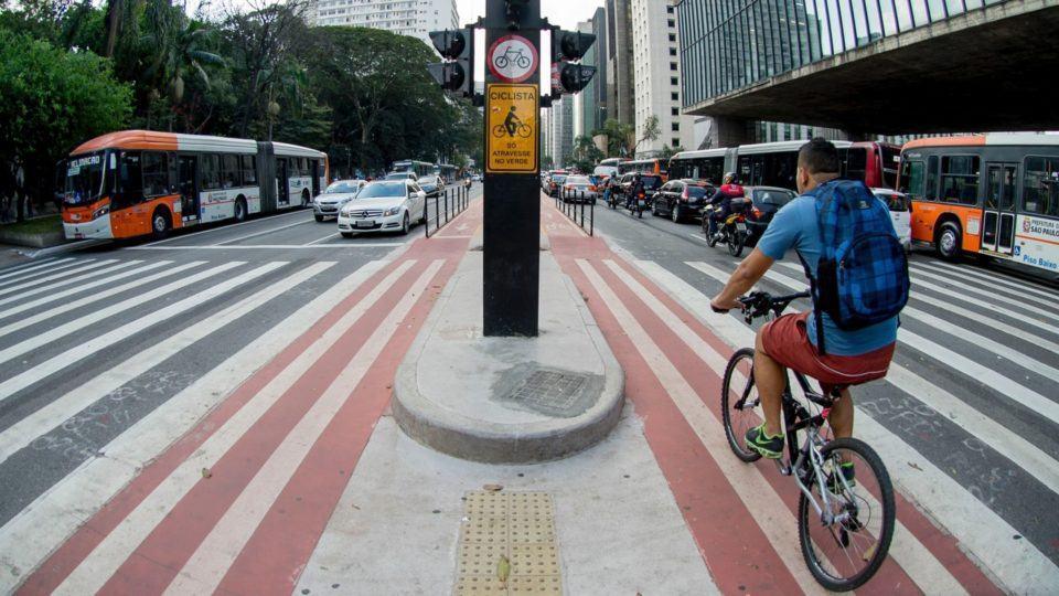 Homem pedalando em ciclovia.