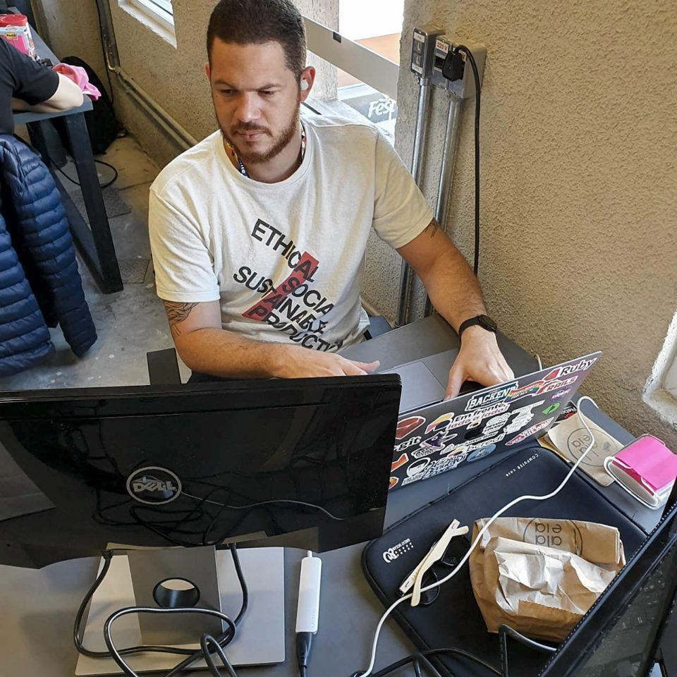 Diego trabalhando no escritório da Bcredi.
