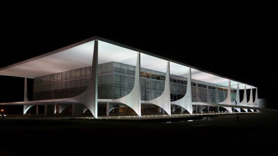 Palácio do Planalto, à noite.