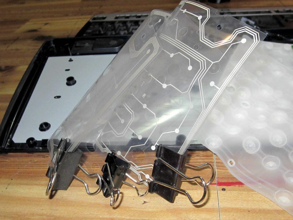 Entranhas de um teclado de membrana.