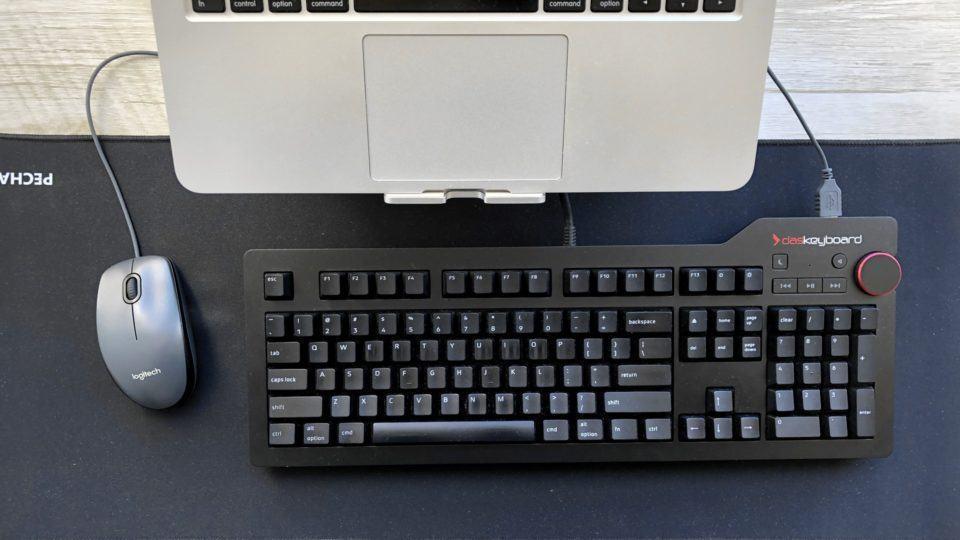 Vista aérea da minha mesa de trabalho, com destaque para o teclado.