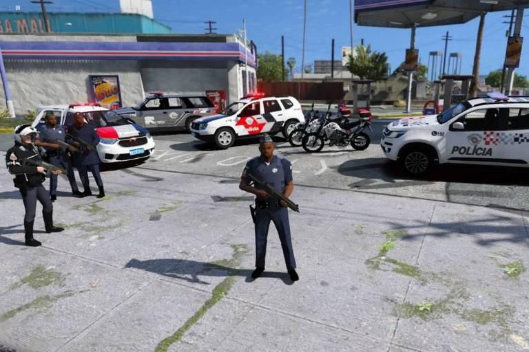 Policiais e viaturas da Polícia Militar de São Paulo dentro do jogo GTA V.