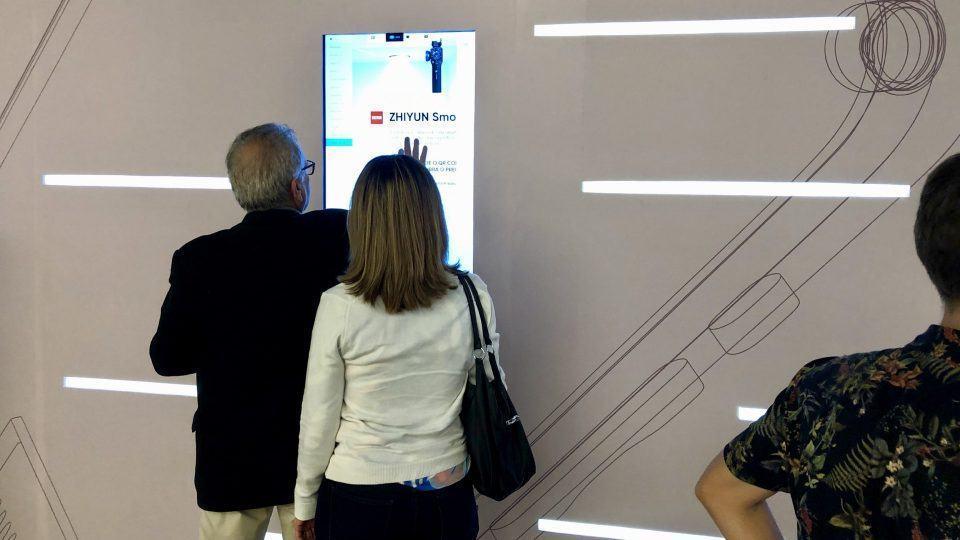 Casal de senhores conferindo detalhes de um gimbal chinês em tela do AliExpress.