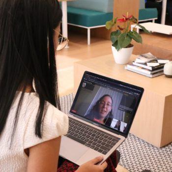 Mulher conversando com professora de inglês do Cambly usando em um notebook.