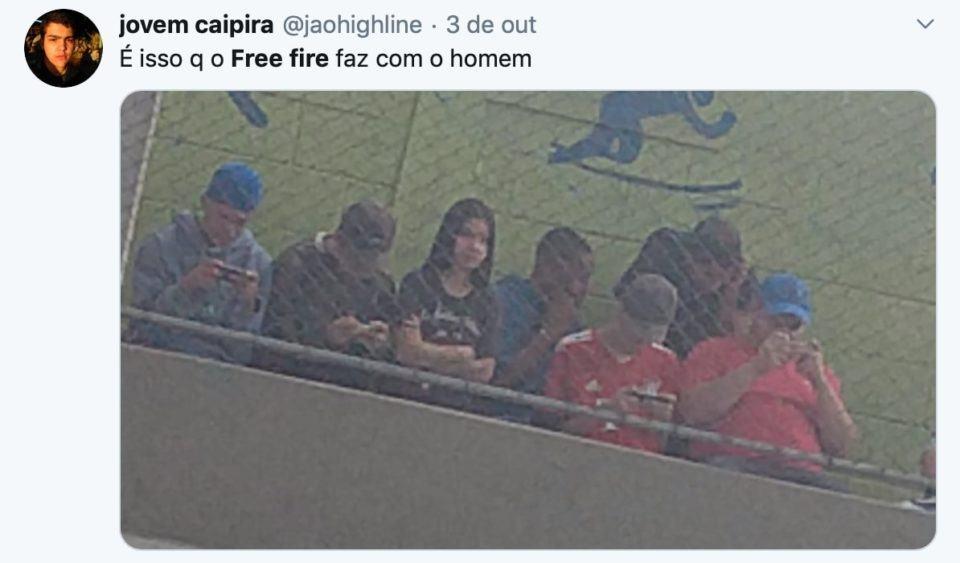 """Print de homens mexendo em celulares com a legenda """"É isso q o Free Fire faz com o homem""""."""