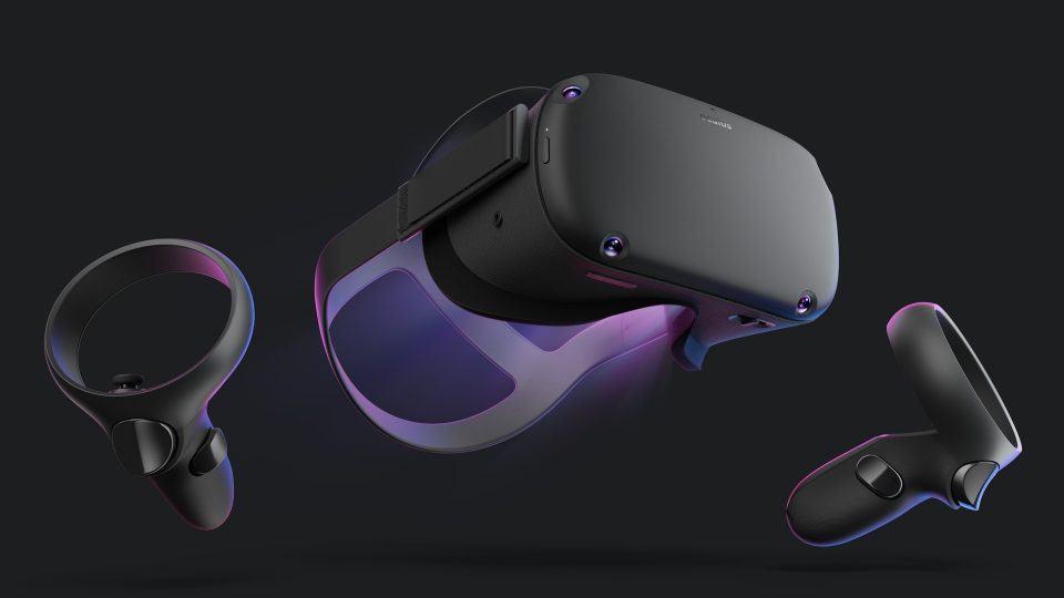 Oculus Quest e seus dois controles em um fundo escuro.