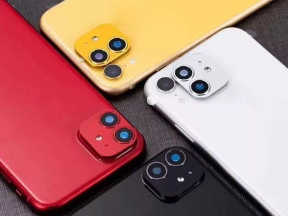 Quatro iPhone 11 com o kit de atualização física instalado ou próximo às lentes das câmeras.