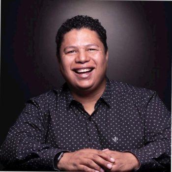 Foto de rosto de Edson Mackeenzy rindo.