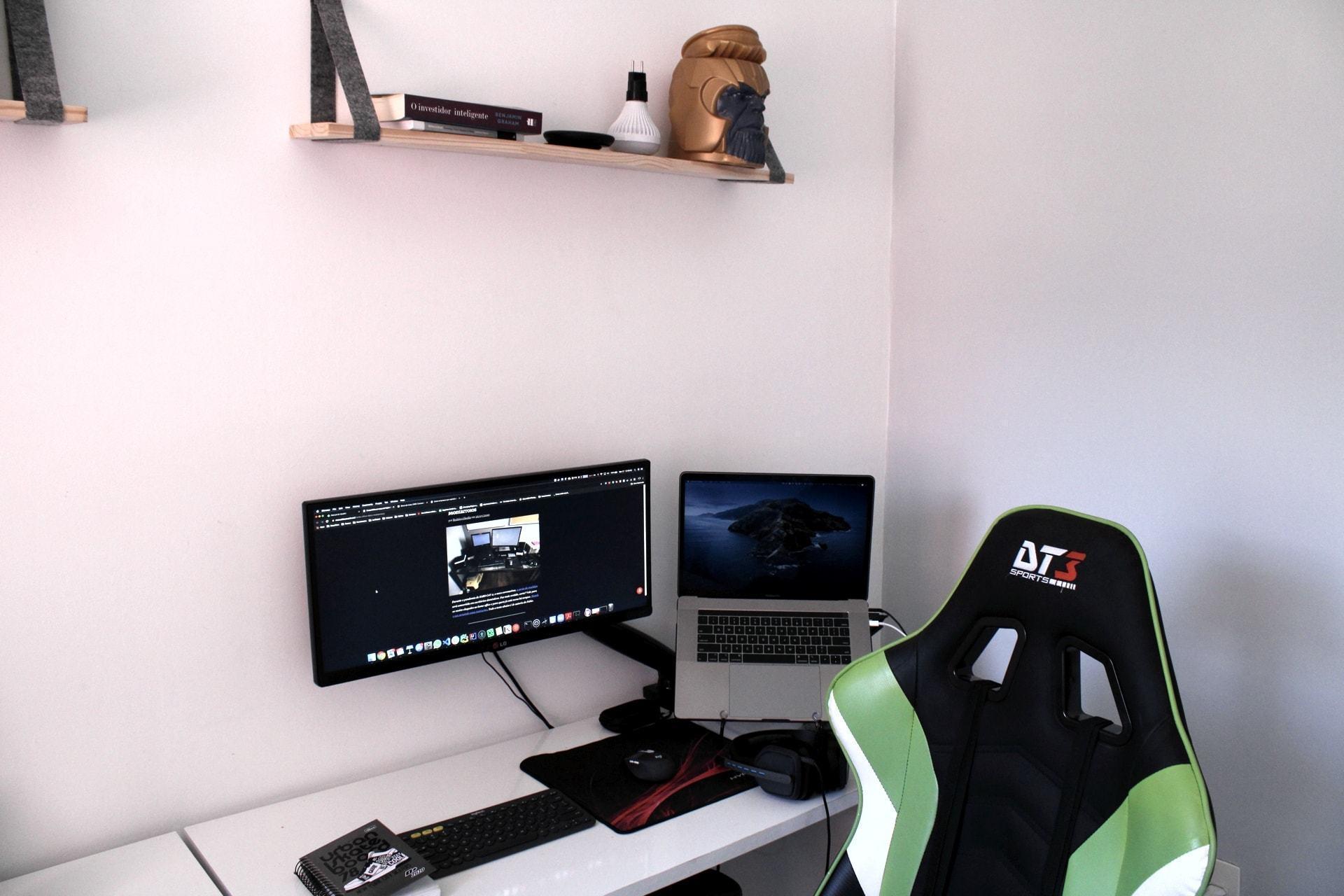 O escritório em casa de João Eduardo Medeiros