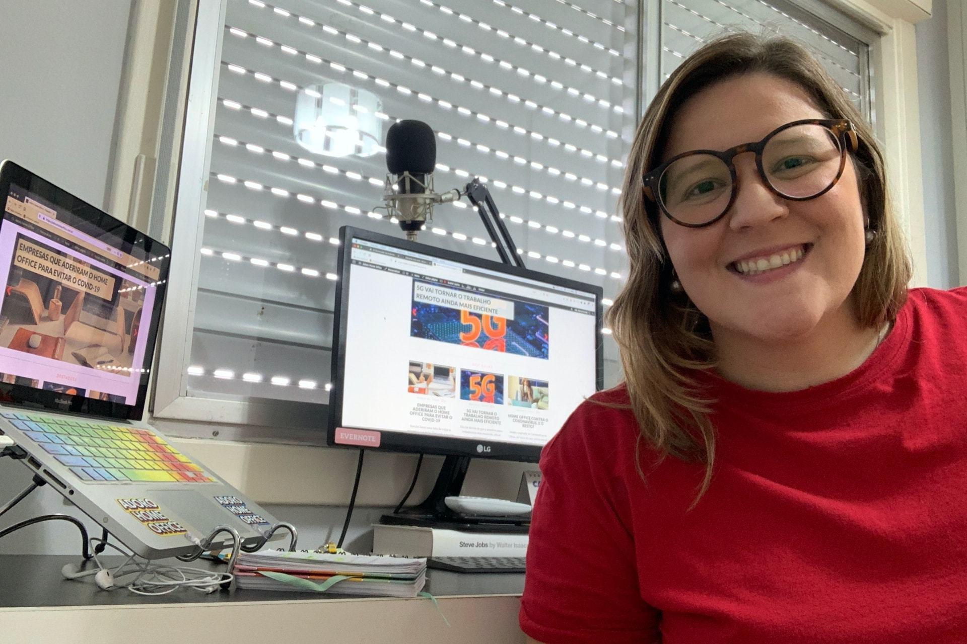 Como a jornalista em home office Marcia Breda trabalha