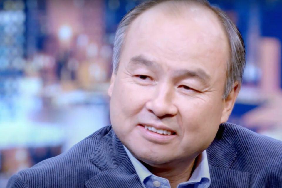 Masayoshi Son sorrindo.