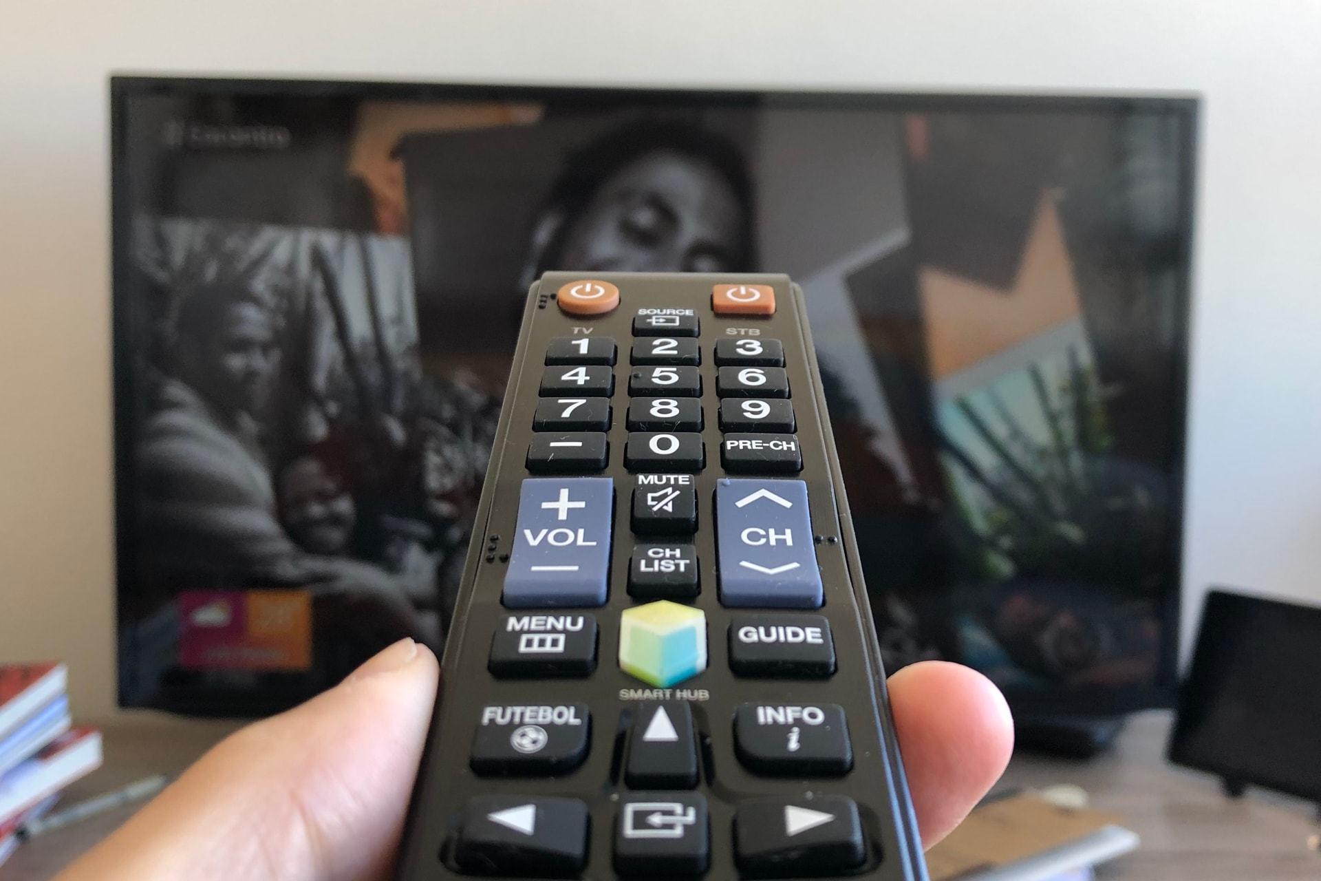 Você já limpou o controle remoto da TV?
