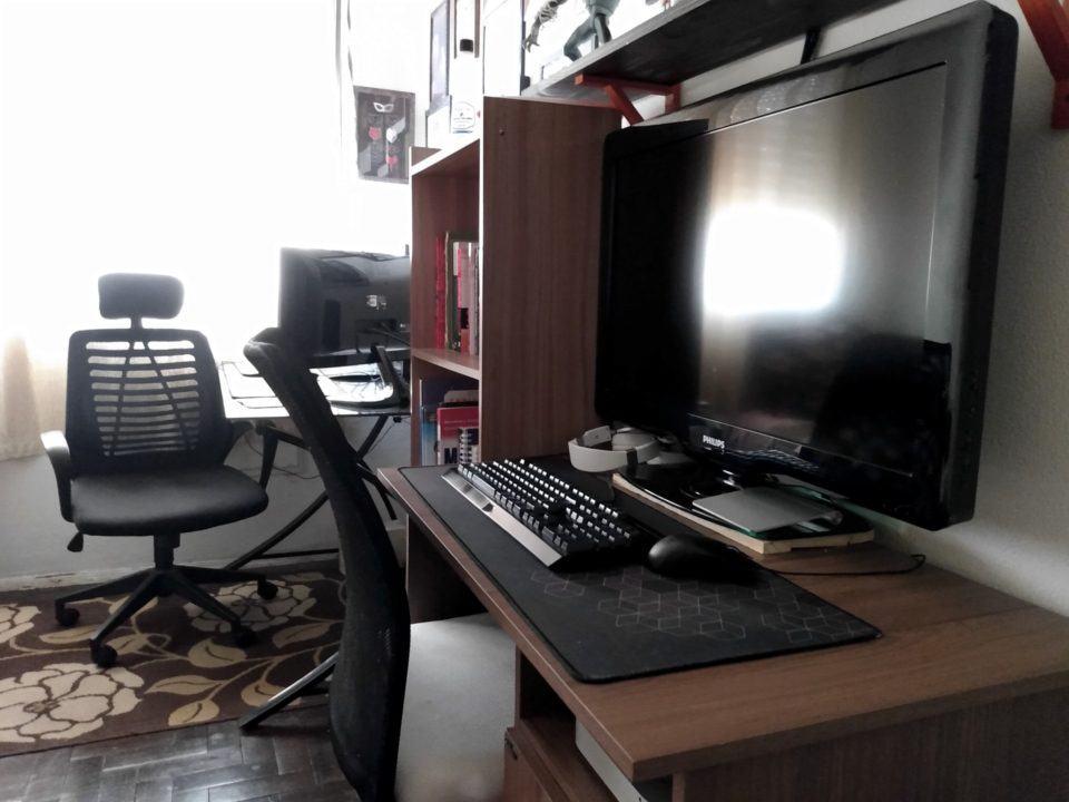 Mesa de jogos, com TV de 32 polegadas, em primeiro plano.