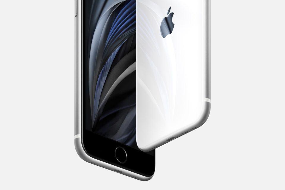 Detalhe no Touch ID de um iPhone SE branco.