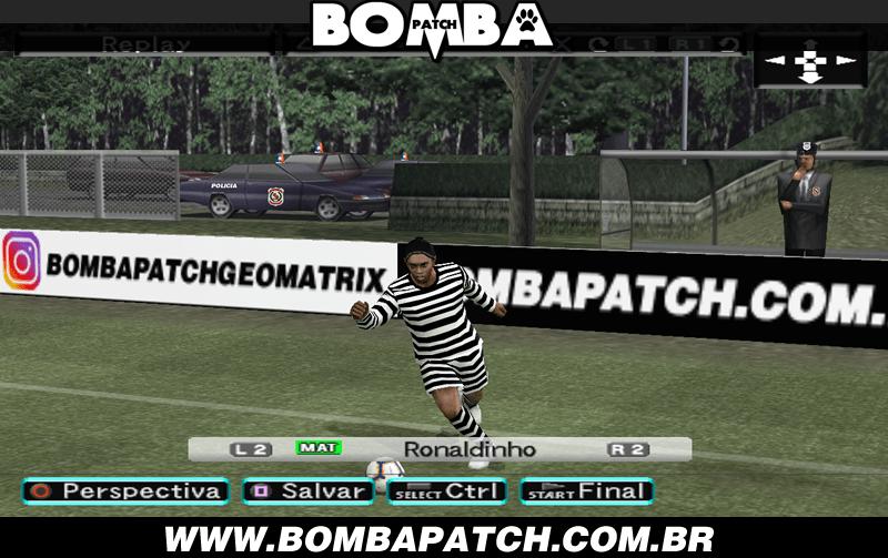 Quadro do jogo Bomba Patch mostrando o jogador Ronaldinho Gaúcho com um uniforme listrado de presidiário.
