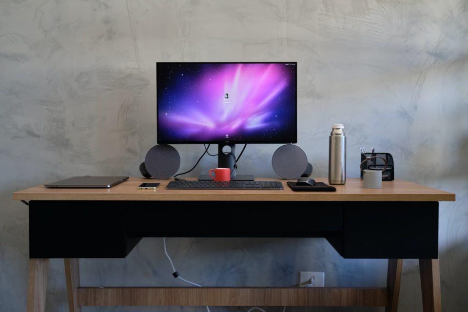 Foto de frente da mesa de trabalho, exibindo apenas um fio atrás da mesa.
