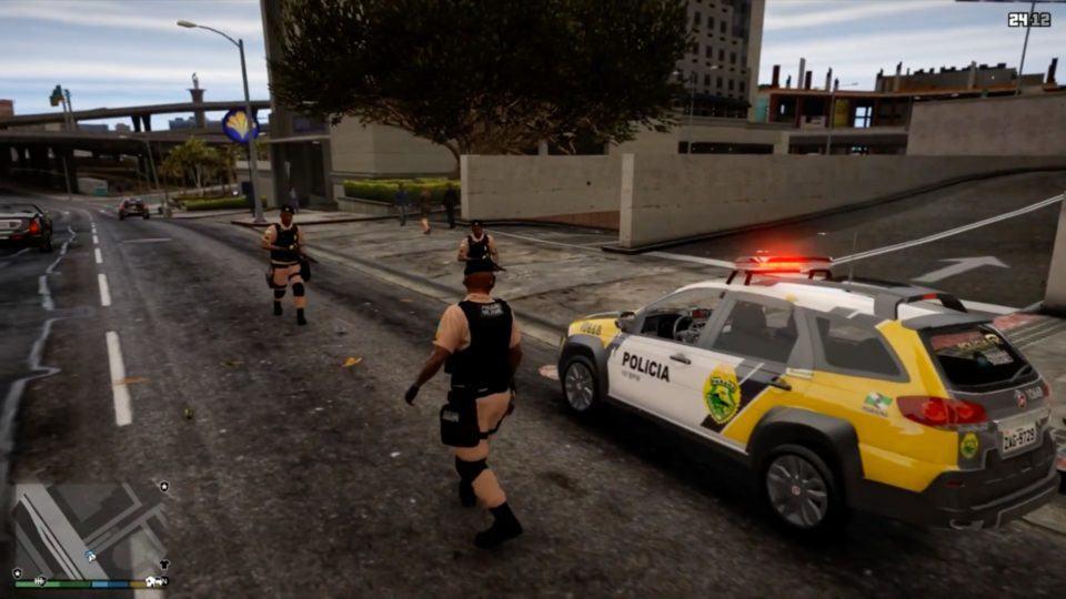 Viatura da Polícia Militar do Paraná com alguns policiais devidamente fardados no jogo GTA V.