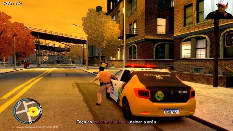 PM do Paraná entrando em uma viatura, estacionada na rua. Céu amarelado, fim de tarde.