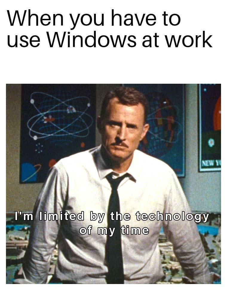 """Meme. No topo, a frase, em inglês, """"Quando você tem que usar Windows no trabalho"""". Abaixo, foto de um homem em uma sala de controle de missões espaciais com a frase: """"Sou limitado pela tecnologia do meu tempo""""."""
