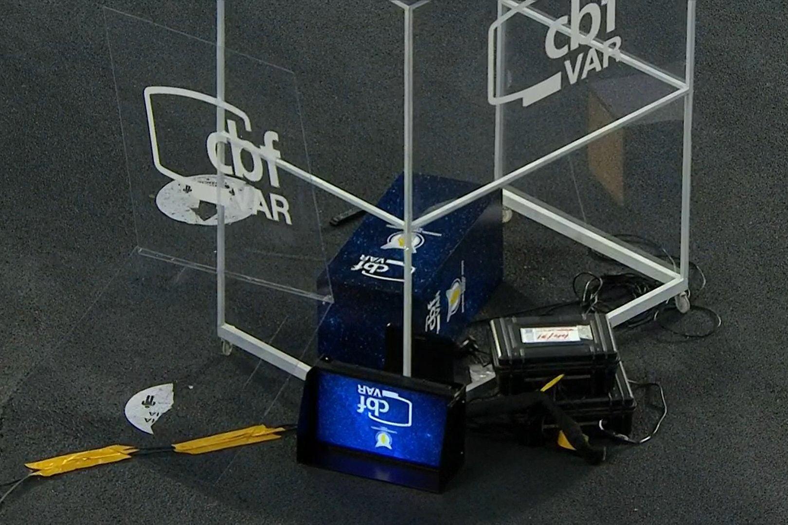 Cabine do VAR, da CBF, desmontada no chão após tomar um chute do goleiro Gatito Fernandez.