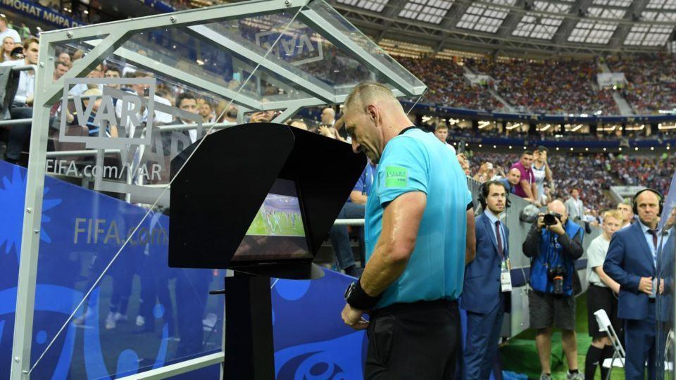 Árbitro Nestor Pitana na cabine do VAR, revisando um lance na final da Copa do Mundo 2018.