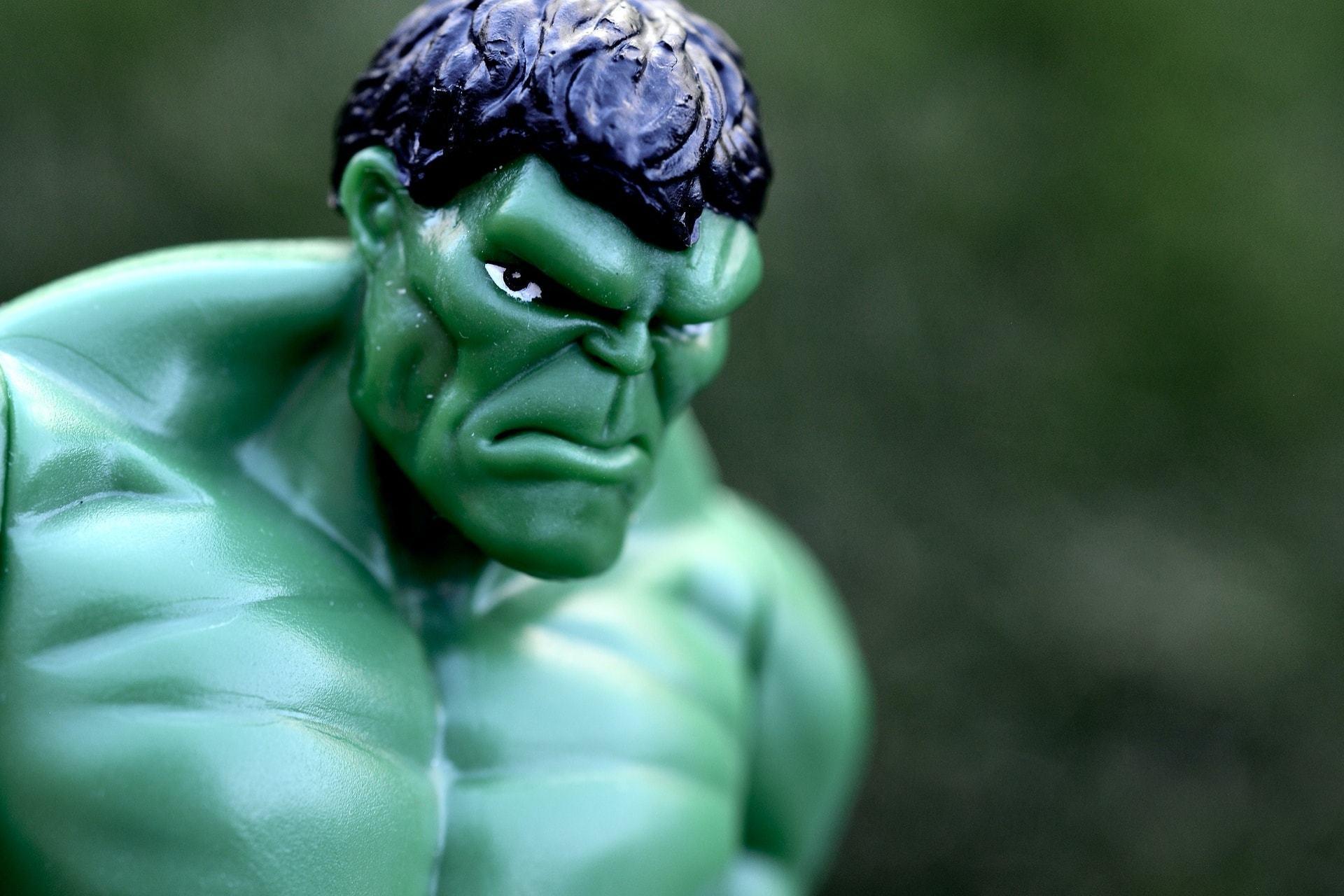 Close em um boneco do Hulk com a expressão fechada.