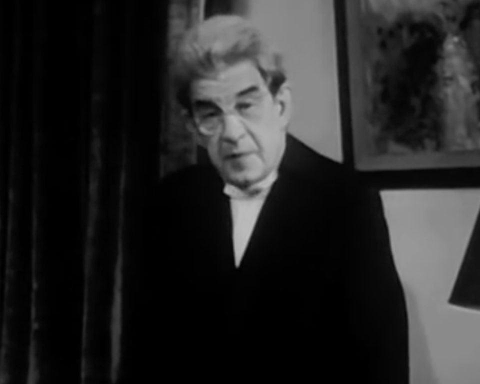 Jacques Lacan, em preto e branco, encara a câmera.