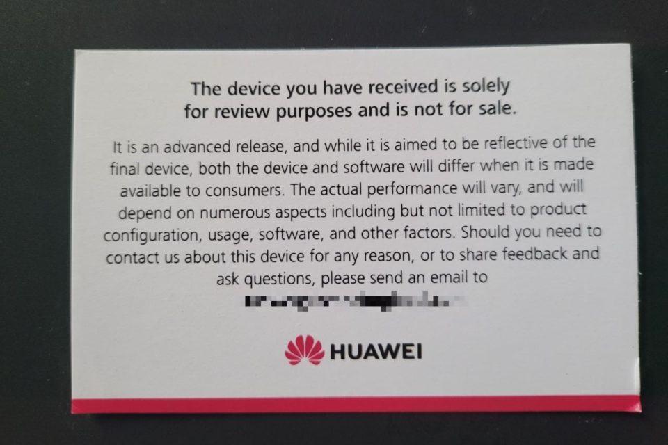 Foto de um cartão da Huawei, informando que o aparelho recebido pelo jornalista é somente para review, não pode ser vendido.